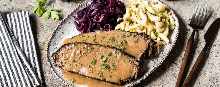 Sauerbraten mit Spaetzle und Rotkohl