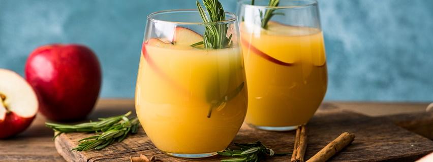 Zwei Gläser Apfelpunsch mit Rum